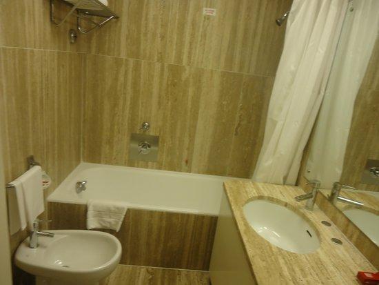 Bettoja Hotel Mediterraneo: baño