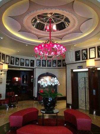 Hotel Pont Royal: Elegant and spacious lobby