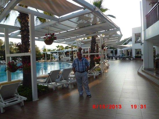 Latanya Park Resort: latanya havuz kenarı necdet konya