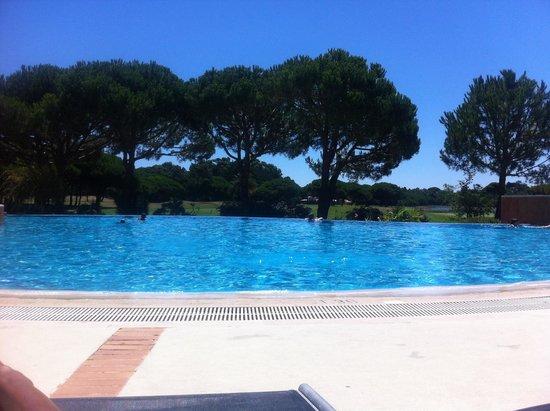 Hotel Quinta da Marinha Resort: Pool view from sun lounger