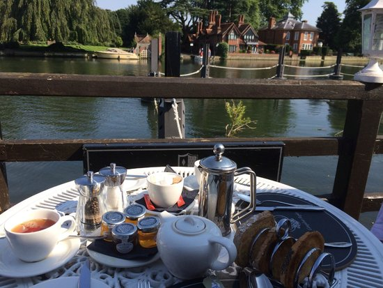 Macdonald Compleat Angler: Breakfast with a view