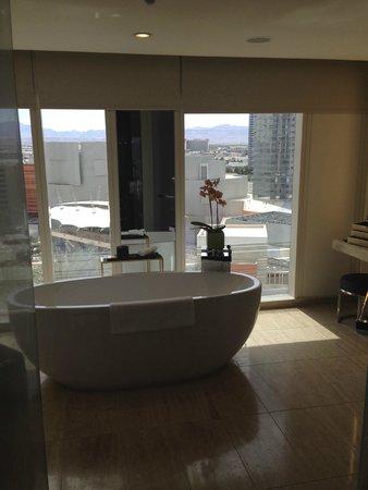 Mandarin Oriental, Las Vegas: Salle de bain (baignoire, toilettes et douche à l'italienne) tres tres spacieuse