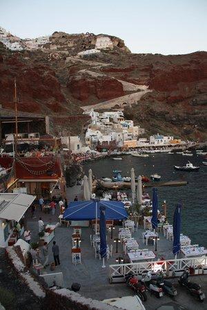 Taverna Katina: Blick von der Strasse in den kleinen Hafen