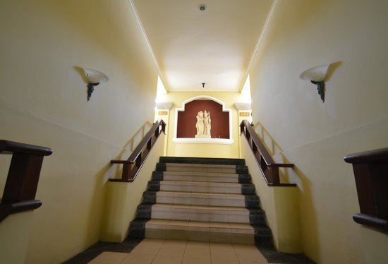 Adhi Jaya Hotel : Staircase to the 2nd floor rooms