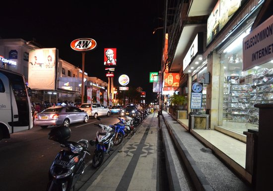 Adhi Jaya Hotel: View of the street outside the hotel at night