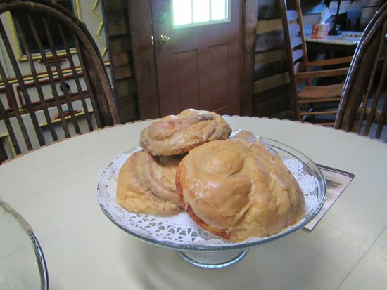 Wild Horses Bed and Breakfast: Fresh cinnamon rolls