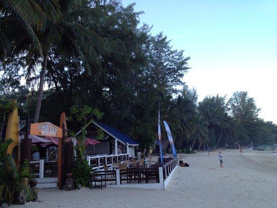 Coral View Island Resort: tavolini esterni sul mare