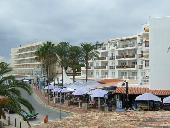 Apartments Es Cane: View from beach to hotel