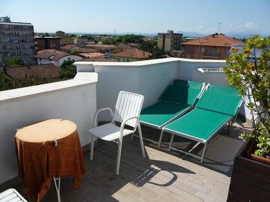 Hotel Tilly: Kleine Dachterrasse und Blick über die Dächer von Valverde