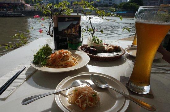 Indochine Waterfront Restaurant: 美味しかったパパイヤのサラダwithビール(モヒートを推奨)