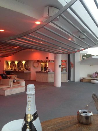 DoubleTree by Hilton Hotel Resort & Spa Reserva del Higueron: rooftop pool bar