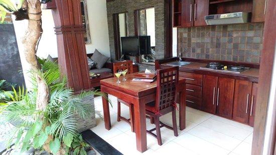 Bali Dream Suite Villa: Kitchen/dining area