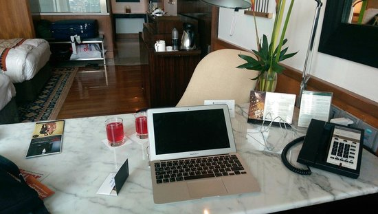 InterContinental Marine Drive: Room desk