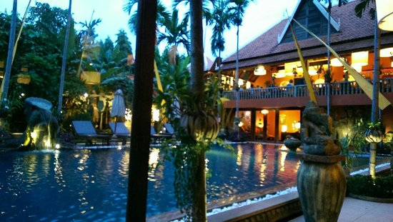 Golden Temple Hotel: Poolside evening