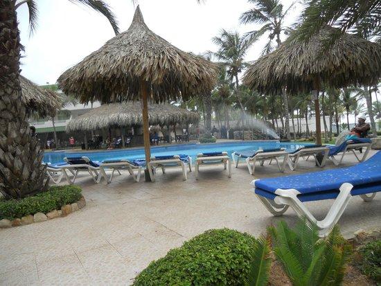 Isla Caribe Beach Hotel: zona de piletas muy comodo