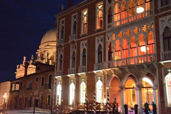 Centurion Palace: Vue extérieure de l'hotel depuis le grand canal