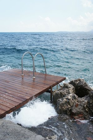 Corfu Residence Aparthotel: Вход в море с пирса