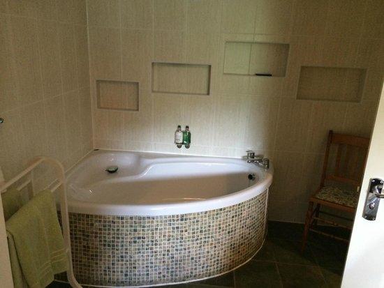 The Lovat, Loch Ness: Fabulous Bath with in wall tv