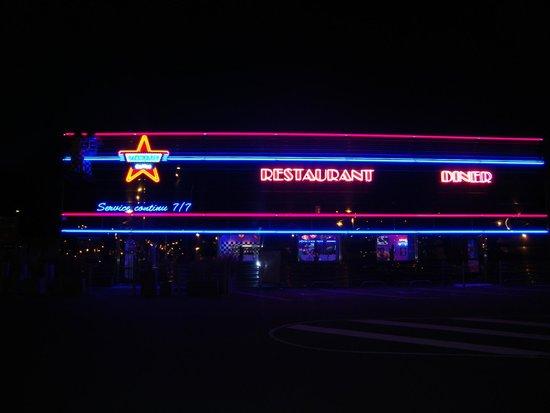 Memphis Coffee : la facade de nuit