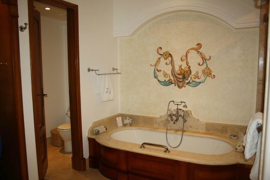 Belmond Palacio Nazarenas: What a tub!