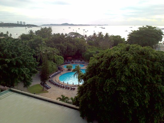 Montien Hotel Pattaya: View of pool and bay from the room