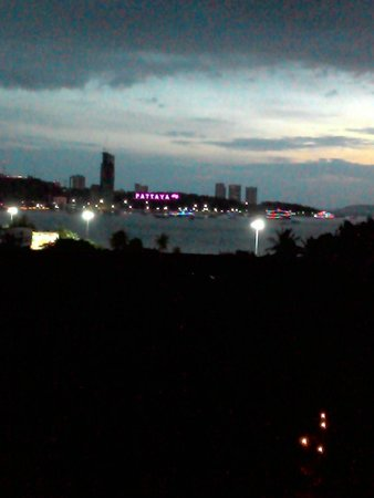 Montien Hotel Pattaya: Bay view from room in the evening