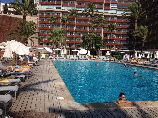 Hotel Riu Palace Bonanza Playa: The main pool and the hotel
