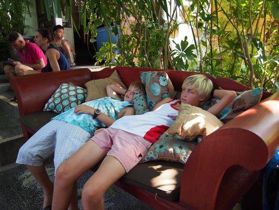 Geria Giri Shanti Bungalows: Boys relaxing