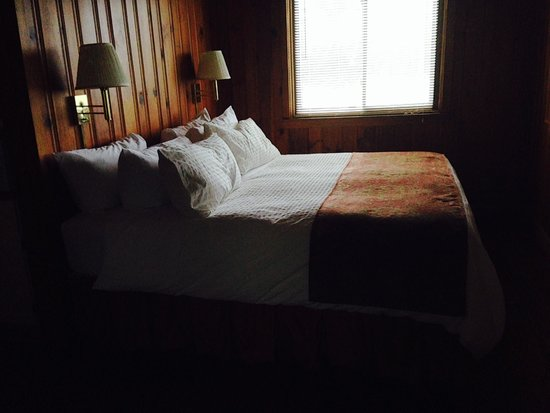 Nantahala Village: queen bed with sparking white sheets