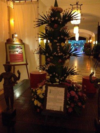 Victoria Angkor Resort & Spa: ロビーでは日本では見たことのないお花のいけかたがされてめした