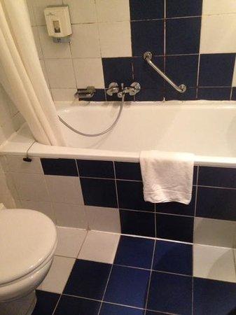 Royal Astor Hotel : dirty bathroom