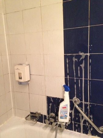 Royal Astor Hotel : trying to clean the bathroom
