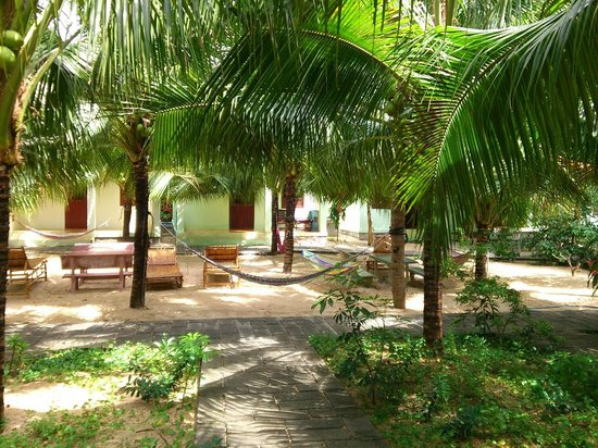 Cocosand Hotel: garden with hammocks, benches and tables
