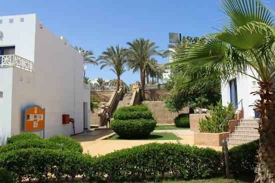 Tropicana Rosetta & Jasmine Club: Stairs up to the restaurant and lagoon pool