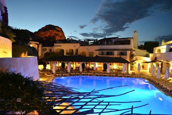 Grand Hotel Poltu Quatu Sardegna MGallery by Sofitel: Piscina di sera