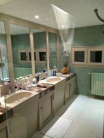 Le Temps des Olives: L'Olivier: badkamer: heel groot!