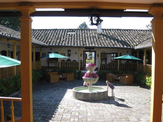Hacienda- Hosteria Chorlavi : Vista parte central (restaurante/rescepção/lojinha...)