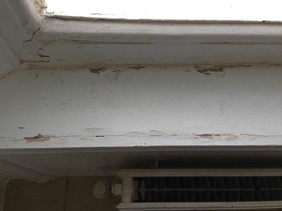 Hilton Puckrup Hall, Tewkesbury: Cracked paint around the bathroom window