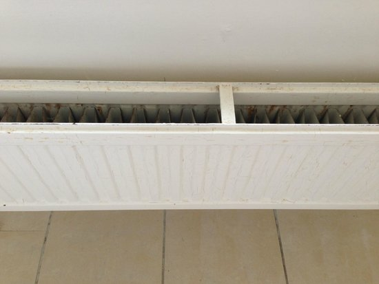 Hilton Puckrup Hall, Tewkesbury: Cracked and discoloured paint on the radiator
