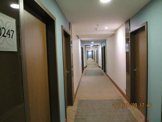 Hilton Garden Inn Frankfurt Airport: 部屋へ進む廊下