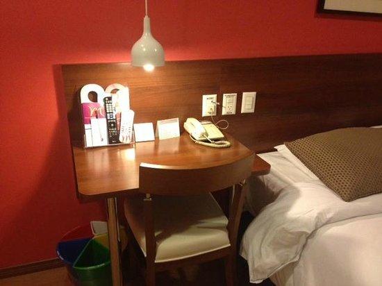 Mercure Curitiba Golden: Quarto do hotel - mesa de trabalho, com cabo de Internet - sinal ótimo