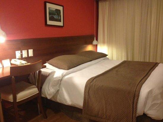 Mercure Curitiba Golden: Quarto do hotel - limpo e espaçoso