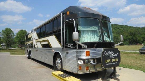 Fontanel Mansion: Barbara Mandrells tour bus