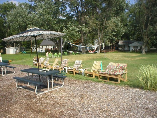 Harris Cove Cottages Bed 'N Boat : Volleyball field, chairs, picnic tables and more!