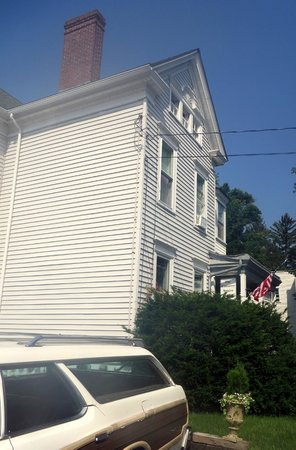 The Country Squire B&B : From the parking lot - our room in the back, 2nd floor