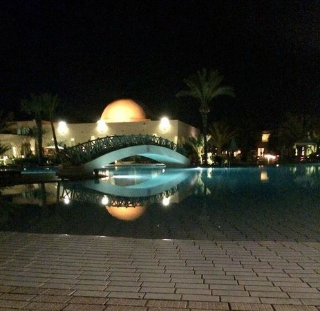 Yadis Djerba Golf Thalasso & Spa: piscina di notte