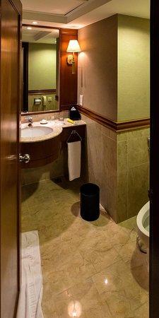 Renaissance Kuala Lumpur Hotel: Bathroom