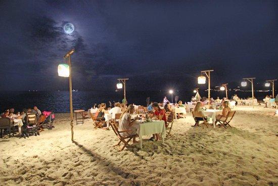 Banana Fan Sea Resort : Night atmosphere on the beach