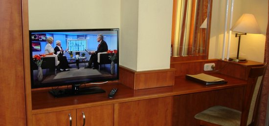 Hotel Charles: widescreen (81 cm) Smart-LED-TV with 18 channels