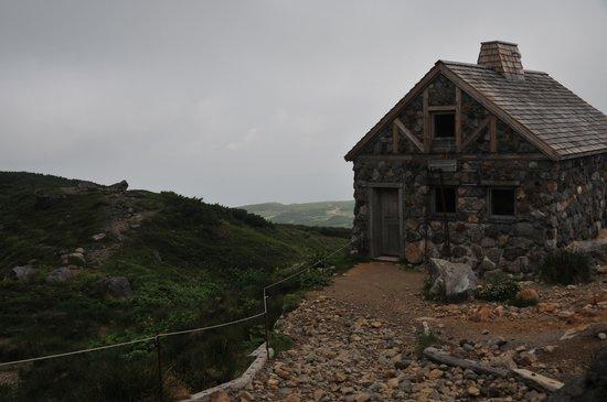 Asahidake Natural Hiking Route: 避難小屋もありました。